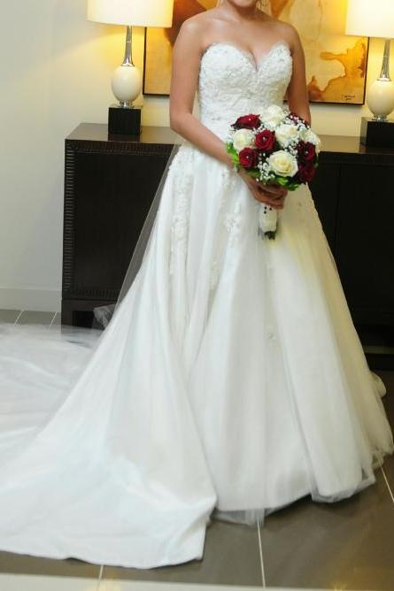 Sleeveless Sweetheart Neckline Wedding Dress with Sequined Lace